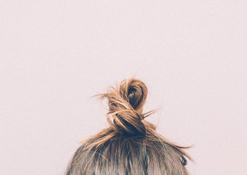 """Egészségesen fénylő haj kókuszolajjal Most már nehéz elképzelni, de volt időszak, amikor zselézett és nagyon rövid """"hajkoronával"""" büszkélkedtem, aztán jött a rókavörös korszak amit a platinaszőke, majd pedig a fekete haj korszaka váltott. Nemsokra rá kipróbáltam a hajvágás minden létező formáját a félig felnyírttól a frufrus verzióig, de végül valahogy felnőttem a feladathoz, hogy komolyan vegyem magam, a hajam is hozzá idomult a helyzethez."""