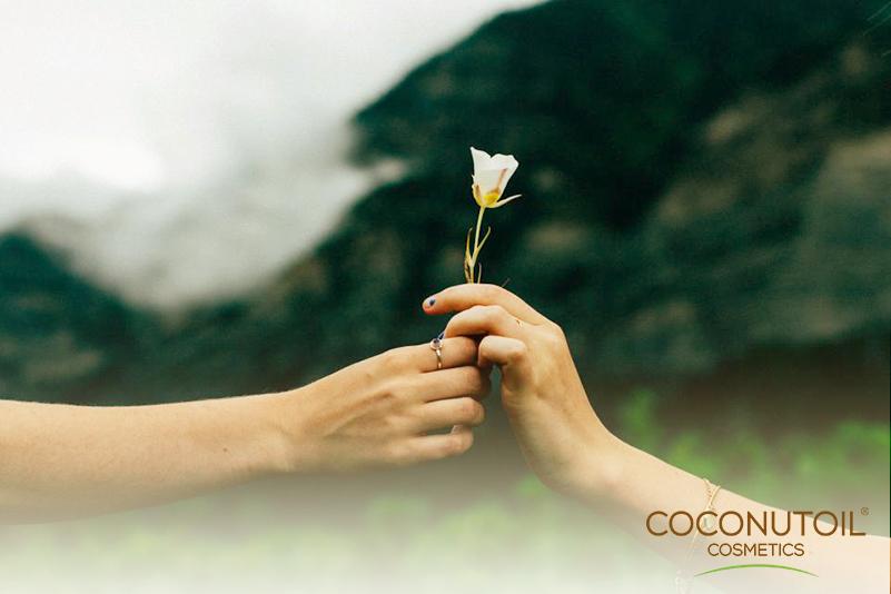 Bio kozmetikumok nőknek és férfiaknak A természet nem címkéz. Nem csak meghatározott célra és személyi körnek alkot, hanem univerzálisat teremt. Akár az ételek esetében, a kozmetikai alapanyagként szolgáló gyógyhatású alapanyagok sem csak nőknek vagy férfiaknak jöttek létre. Mi a Coconutoil Cosmeticsnél ezeket a természetes összetevőket zártuk 100% bio kozmetikumokba, melyek korlátozás nélkül, korra és nemre való tekintet nélkül járulnak hozzá a szépség és egészség megőrzéséhez.