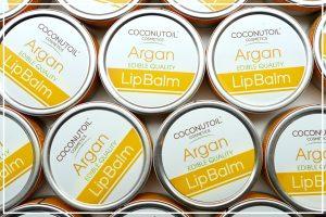 Argánolaj Az argánolaj egy 85%-ban telítetlen zsírsavakból álló, marokkból származó olaj, amely nagy mennyiségben tartalmaz F-, E-vitamint és antioxidánsokat, melyek igen hatékonnyá teszik a bőr és a haj megújításában.A marokkói argánfa gyümölcsének olaja esszenciális zsírsavak, fitoszterolok, polifenolok, szkvalen, természetes karotionidok és antioxidánsok egyedi keveréke. A természetes olajok közül az argánolaj a legnagyobb koncentrációban tartalmaz természetes E-vitamint.Lassítja a sejtek öregedését, fokozza a bőr rugalmasságát, és optimalizálja vízháztartását. Fájdalom- és gyulladáscsökkentő hatása révén gyógyíthatja a kiütéseket, irritációkat.A sérült hajszerkezetre különösen jó hatással van, ezért tökéletes természetes hajápoló önmagában is.