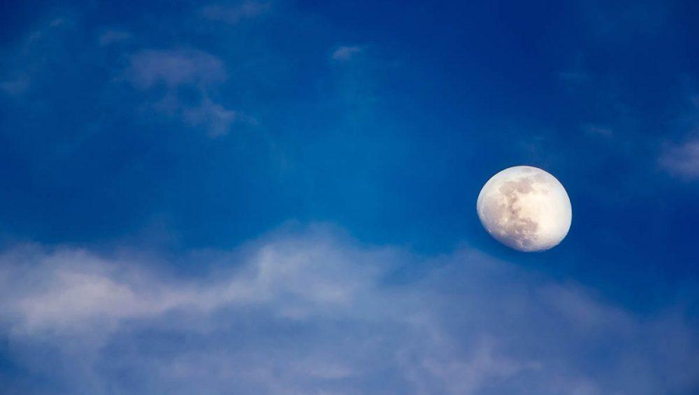 Ragyogj, mint a Hold! 5 dolog amitől jobban érezheted magad a bőrödben A Hold a gyógyítás, az egészség szimbóluma, nőként pedig számos módon kötődünk ehhez a ragyogó égitesthez. Erősíti vagy gyengíti apró kis szeszélyeinket, kihatással van a hangulatunkra, ciklikussága alapvetően határozza meg nőiességünket is.