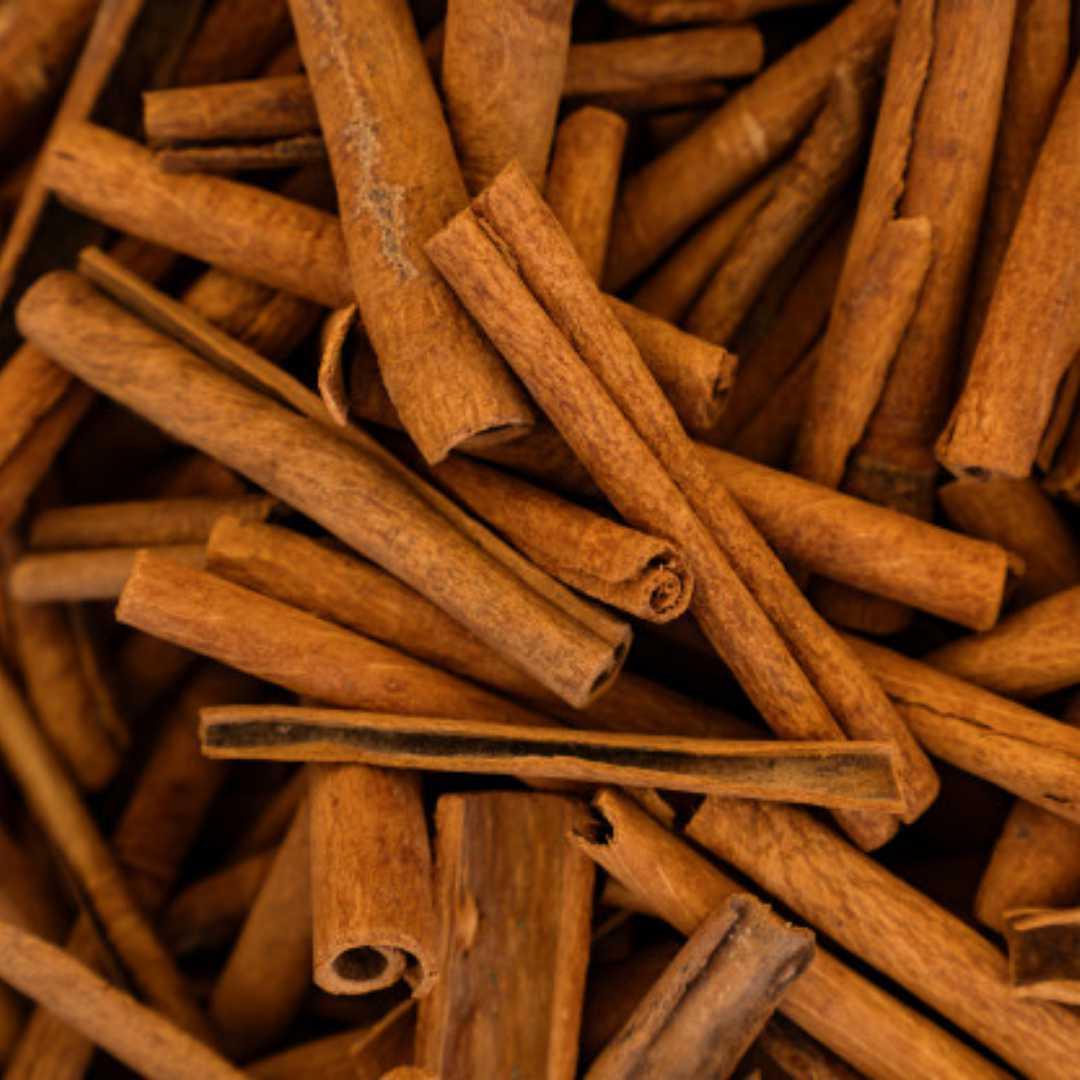 Őrölt fahéj A kissé csípős ízű fűszer külsőleg a narancsbőr, az aknék, pattanások és a viszketéssel járó irritációk ellen hatásos.A fahéj egyik fő hatásmechanizmusa a vérbőségfokozás, aminek révén a kozmetikumban lévő többi értékes hatóanyag intenzívebb hatást érhet el. A fokozott vérbőség továbbá kisöpri a salakanyagot, a friss oxigént és tápanyagot pedig eljuttatja a sejtekhez, így a bőrfelszín oxigénellátása is javul. Ezért a fahéjt sokszor használják narancsbőr ellen. De az arcápolás területén is hasznos, mivel táplálja is a száraz bőrt. Hatékonyan kezelhető vele az aknés, pattanásos bőr, az ekcéma, illetve a viszkető fejbőr.