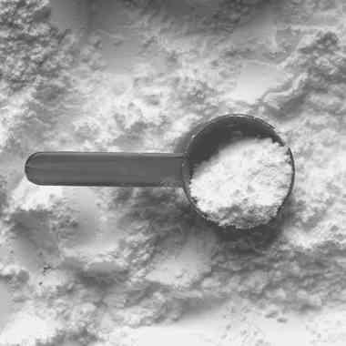 Kalcium-karbonát A kalcium-karbonát a karbonátok közé tartozó szervetlen, fehér, kristályos, szilárd anyag. A természetben gyakran előfordul, számos ásvány és kőzet alapvető alkotója. Legismertebb kőzete a mészkő, aminek különleges változata a kréta, de kalcium-karbonát tartalmú kőzet a márvány és a dolomit is. Kozmetikumok nedvszívó, fedőképességét növelő vagy sűrítő adaléka, illetve színezőanyaga. Emellett fogkrémekben finom dörzsanyagként, szeborreás bőrre készülő púderek alapanyagaként használják, de ezen kívül dekorkozmetikumokban, szappanokban és pakolásokban is megtalálható. Csökkenti az allergiás tüneteket, elősegíti a sebgyógyulást és csillapítja a gyulladásokat. Még neurodermatitisz, akné és pikkelysömör kezelésénél alkalmazzák. Az anyagcsere, a bőr és az immunrendszer aktiválásával felgyorsítja a bőrsejtek regenerációját.