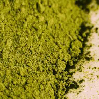 Matcha tea A japán eredetű matcha tea nem csupán egy enyhén kesernyés ízű, lágy, meleg ital, hanem aktív hatóanyagokat tartalmazó bőrápoló is. Erős antioxidáns hatású vegyületei többek között megújítják a hámsejteket, fiatalítják, tisztítják a bőrt. A rendkívül erős és magas koncentrátumú katechin nevű polifenol tartalmának köszönhetően a matcha tea szembeszáll a káros szabad gyökökkel. A szervezetben, megújítja a bőr hámsejtjeit, így segít fiatalosan tartani a bőrt. Polifenoljai egyúttal nyugtató és gyulladásgátló hatásúak, így enyhítik a bőr különféle gyulladásait, vagy a kipirosodása okozta kellemetlenségeit. Tannin nevű polifenolja pedig szintén védi a sejteket a szabadgyökök romboló hatásától, így sejtmegújító tulajdonságú.