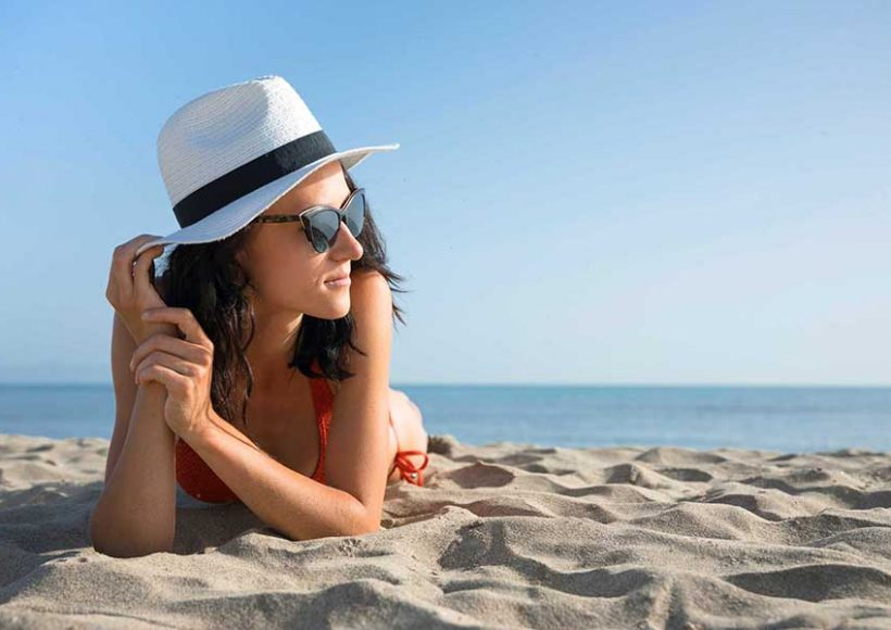 Jó tanácsok napozáshoz: Hogyan napozz biztonságosan? A napozás feltölt hasznos D-vitaminnal, amely erősíti a csontjainkat és számos egészségvédő hatással felvértez. Azonban a leégésen túlmutatóan a káros hatásai is ismertek. Köztudottan bőrrákot okozhat, előhozhat szeplőket, anyagjegyeket, májfoltokat. Mire érdemes figyelni napozás előtt és után, hogy a bőröd szépsége megmaradjon, és az egészséged se szenvedjen kárt?